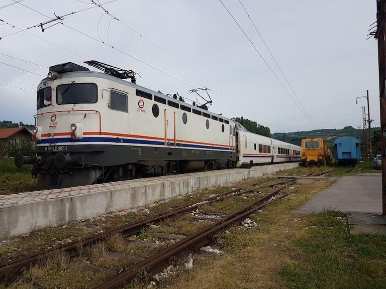 ボスニアの移動は特急列車で!サ...