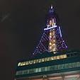 北海道札幌市 2018.02 雪まつりの準備に大賑わいの 大通り公園のランドマークさっぽろテレビ塔 高さとしては通天閣ぐらいかなと思う 料金も比較的安いので登りやすい 夜景は綺麗なので夜目に行くのがいいと思う