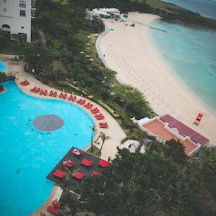 日航アリビラ🌺 最上階の客室のベランダからは、ホテルのプールとビーチが一望できる⛱ ホテル全体がいい香り。 #日航アリビラ #読谷村