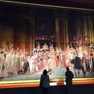 実物大に再現されている絵画「ナポレオンの戴冠式」 本物はフランスのルーブル美術館に行かないと見れませんが、ここでは写真撮影もオッケーです。