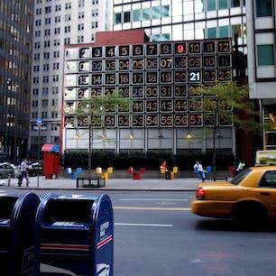 New York / Lower Manhattan 135 John St, New York  「巨大デジタル時計」は、アメリカの芸術家のRudolph de Harakによって制作されたもの。1971年に設置され、ローワーマンハッタンのランドマーク的存在になっています。  #rudolphdeharak #newyorkcity #ニューヨーク旅行 #ilovenewyork