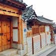 #北村韓屋村 #ソウル #韓国 2016年12月   瓦屋根や石造りもだけど窓とドアの感じも好き😊 窓の横についてるのはポスト📮かなあ🤔🤔