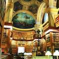 ▶︎フランス🇫🇷パリ  国会議事堂 L'assemblée nationale   毎年9月第三週末には、「ヨーロッパ文化遺産の日」という普段は入れない場所が一般開放されたり、無料で楽しむことができます。 私は留学中の「ヨーロッパ文化遺産の日」に訪れた、国会議事堂内の図書館が私はとてもお気に入りです✨ いつかこの時期公開されるエリゼ宮も訪れてみたいです😊  ただし、人気の場所は朝早くから行かないと、2〜3時間並ぶことになりますので、計画的にお楽しみください🦋