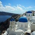 ブルー×ホワイトの街並みは、 カタログで見たまんまの世界。  よく旅行雑誌の表紙になる、この教会。実は見つけるの少し大変。  Here!⇒  みたいな小さな看板と人集りを目印に向かうと、青空と青い海と一緒にみれます。  #Greece #Santorini #サントリーニ島