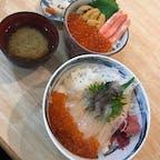 函館市場で朝食♪  手前のイカ踊り丼は生きてるイカをその場で捌いてくれる為、醤油を掛けると踊ります(^^)
