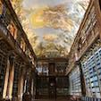 チェコ、プラハのストラホフ修道院 隣接するこの図書館が有名な場所です。入場のみで120czk(560円程)かかり、さらに写真を撮るのに50czk(230円程)かかります。ISIC等の国際学生証があれば半額以下の値段で入場できます。 図書館内を回るツアーもありましたが、値段は控えてません。 街の中心からのアクセスも良く、気軽に観光できる場所でした👏🏻
