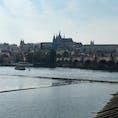 チェコ、プラハのヴァルタブ川とカレル橋。 カレル橋の上には、可愛い小物アクセサリーのお店が立ち並び、似顔絵を描く絵描きさん達もお店をいくつか出していた。 #チェコ #プラハ #カレル橋