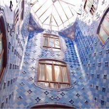 #カサ・バトリョ #バルセロナ #スペイン 2017年2月  上に行くほど濃い色のタイルが使用されているのは 天井を高く見せるための視覚的な工夫なんだって🥺🥺  「こんなところに住みたい」が詰まってる🌈