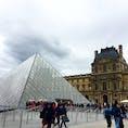 2019.6.7 パリ ルーブル美術館 15時頃に行ったら、ミュージアムパスを買っていても荷物チェックの列に20分ほど並びました。 どの時間でも多少並ぶみたい。 ピラミッドを正面に左側の列に並ぶ時は、風が強いと噴水の水が吹きつけてくるので注意!!! #paris#パリ#ルーブル美術館