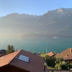 朝日が差し込み  金色の光に包まれる6時のブリエンツ湖。7月のスイス  今回もAirbnb使用。スイス人オーナーも良い人で快適。 30度を超えた。暑い