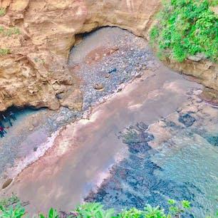 静岡県の龍宮窟 波の侵食によってできた洞窟で、上からハートのような形に見える神秘的な場所。 下から見るとまた違った景色。 近くにはビーチやサンドスキー場があって楽しみ方も色々、いい場所。