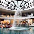 シンガポール・マリーナベイサンズのショッピングモール地下二階の中央にある噴水。定時になると物凄い勢いで水が上から降り注ぎます。タイミングが合えば有料のゴンドラからも眺められますよ。  ちなみに一階からは中央の穴にコインを投げ入れるべくチャレンジしている人がたくさん。  #シンガポール #マリーナベイサンズ