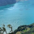 ゼーリスブルクの湖畔にある、リュトリの丘。 スイスの原型となった永久盟約が誓約された伝承地。右下の小さな丘の広場にスイス国旗がはためいているがそれしかない。毎年の独立記念日にはここで式典が開催されるがアクセスはかなりキツイ。わざわざ行ったが…車で行くと最後の50分トレイルを歩く事に