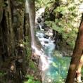 入り口から200mほどの階段を降っていくと、コバルトブルーの滝が!!滝の近くにいくと涼しくなります。