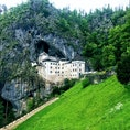 スロベニア プレジャマ城(プレッドヤマ城)  自然の崖の中に立つヨーロッパ世界一と言われる洞窟城 オーストリア帝国から命を狙われた義賊エラズム。兵糧攻めにあうも洞窟内の裏道を通り食料を得、半年間持ちこたえたとか。自然の水路なども見れて楽しいです。オーディオガイドでぜひ聞いてみてください ポストイナ鍾乳洞の近くなのでセットで行くのがおススメです