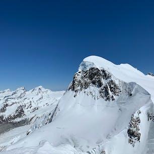 スイス🇨🇭  マッターホルングレッシャーパラダイスより眺めるスイスアルプス🏔  右の山はブライトホルン。写真を拡大すると頂上からスキーで降りてくる人たちが点になって見えます笑