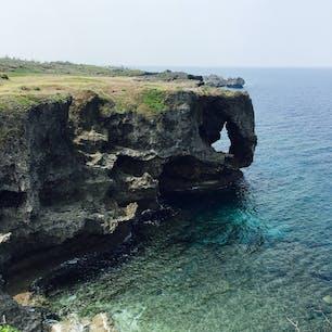 恩納村の観光名所・万座毛。沖縄県内でも有名な観光スポットの一つのようですが、この特徴的な岩以外は見るところがなくてあっという間に見終わってしまった…。ここを目的地にというより、ちょっと寄ってみるぐらいの気持ちで行くと良いかもしれません。