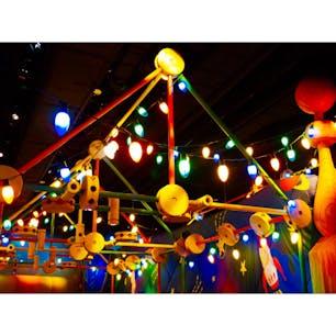 #東京ディズニーシー #東京 #8月 #レジャースポット  どこだか分かりますか? マニアックなところですが、トイストーリーマニアの乗るところです。 この原色の色彩感、たまりません。