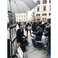 📍イタリア フィレンツェ 我ながら、映画の一部みたいな写真撮れた。こんな素敵な街で似顔絵を描いてもらうカップル、、それを見守る人たち。