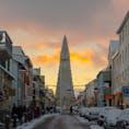 アイスランドの首都レイャビクのシンボル・ハットルグリムス教会を臨む。