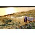 長崎県 〜ガラスの砂浜〜 廃ガラスを再加工して細かくした シーグラスの砂浜🏖 この砂のお陰で海藻が波打ち際に 現れなくすることができ 環境整備の効果があります。 夕日の輝きと廃瓶を 一緒に撮ってみました📸 写真は加工で色味を明るくしてます🎨
