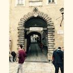 旧市街を見渡せる展望台(というか広場)への入り口は、分かりづらいけどここ! ここから階段と坂をだいぶ登ることになる