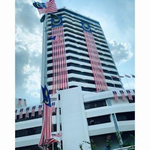 独立記念日が近づくマレーシア首都 そこら中巨大な国旗がはためく 国威発揚は国旗から
