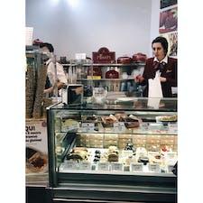 📍イタリア ローマ ローマに行ったらぜひ食べて欲しい、ここのティラミス。場所わかりにくいけど、ほんまに美味しい。夜中に食べて、次の日の朝の便で日本に帰りました。笑