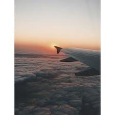 飛行機は窓側派。