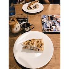 📍大阪 北堀江 旅路Kitchen というステキなお店。わたしのお気に入りで、大好きなお店。店主の人の笑顔がとにかく素敵。毎月、世界各国の料理を出してはって色んなごはんが楽しめる。コーヒーも美味しい。お店の中は世界地図とか、色んな国の写真がたくさん貼ってある。関西に住んでる旅好きの方は是非行って欲しいな〜