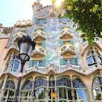 【スペイン】 バルセロナにあるガウディの遺産群の一つ「カサ・バトリョ」。バトリョ氏の邸宅をガウディがリフォームしたもので、曲線的な造りが特徴的。海をイメージした屋根と外壁に骨を思わせるバルコニーという、ガウディの鬼才ぶりが垣間見れる建物です。#バルセロナ #カサバトリョ