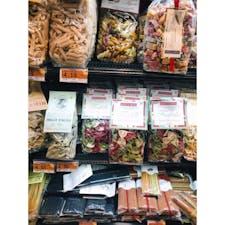 📍イタリア  適当に入った地下街のスーパーでもこのパスタの種類の多さ、さすが!家族にお土産で買って帰った!