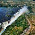 アフリカ。 ビクトリアフォール💦 ジンバブエとザンビアの国境にある滝、ヘリコプターからの空撮です。 水量も多く虹のかかった迫力の絶景は素晴らしい。ヘリコプターは助手席がオススメ👌