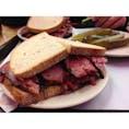 patrami sandwich with pickles at Katz's Deli— Choose the guy who keeps his knife clean always 何ヶ国語か話せるおじさんが一番いい