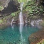 おしらじの滝🌿 山道をくだっていった先にあり、 幻の滝とも言われる滝。 条件が重なってないと滝を見れないことも あるみたいですが、今回は見ることが出来て 感動✨ 加工なしでこの青さ…😳 空気も綺麗だし言って損は無いと思います!