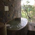 山梨県、川浦温泉 山県館。この貸し切り風呂の浴槽は、信楽焼だそうです。小さく見えますが、大人二人は入れます。源泉かけ流し。贅沢❗️