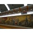 平壌地下鉄の凱旋駅。最近平壌地下鉄は順次改装中みたいで、とっても綺麗にしてるみたい。ソ連型のひろびろ〜としたプラットホームと美しいモザイク画。金正恩政権になってからあちこち綺麗にしてるみたい。他の駅も改装工事中でした