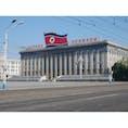 軍事パレードでおなじみの金日成広場の朝鮮労働党本部。昔は金日成の写真をドーン!と飾ってあったみたいだけど、今は大分こざっぱりしてる。書いてある言葉は「朝鮮民主主義人民共和国万歳!」です