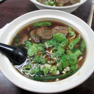 台湾/高雄/三牛 食べたかった龍虎塔の近くにある「三牛」という店の「紅焼牛肉麺」。香辛料が効いた独特な醤油系スープにアジアンテイストの分厚い牛肉が入っている。美味しい。
