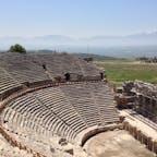 トルコのパムッカレの奥にあるヒエラポリス遺跡。ローマにあるコロッセオのような円形劇場。