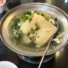 台湾の臭豆腐、煮込みバージョン。 写真は、老地方というお店のものです。 臭いはきつくないので、あっさりした料理が好きな方におすすめします😃❗️