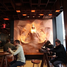 New York / Manhattan Meatpacking District  The Starbucks Reserve Roasteryニューヨーク店には、NYのアーティストが手がけた、スタバのシンボルマークの人魚セイレーン像が!
