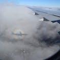 ニューヨーク行きの飛行機の窓から。 飛行機の影が雲に写って不思議な光景に!