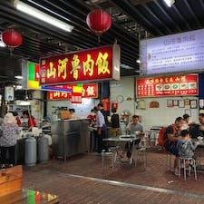 台中・第二市場にて🍚山河魯肉飯。角煮系のルーロー飯のお店でひっきりなしにお客さんがやって来る。第二市場の雰囲気、気に入った〜👍🏼 #山河魯肉飯 #台中 #第二市場