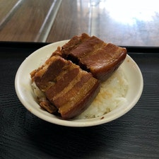 山河魯肉飯の角煮系ルーロー飯🍚巨大角煮は意外とあっさりしててペロリと食べられた👍🏻 #山河魯肉飯 #台中 #第二市場