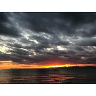 無加工だけどいい写真。iPhoneで撮っても綺麗に写る、この曇り加減と夕日の燃える感じはなんといっても心躍る⤴︎涼しさと塩の匂いがマッチ!♡綺麗だった〜   #江ノ島 #江の島 #神奈川県 #海