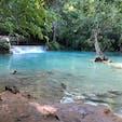 クァンシーの滝 乳白色滝が大小数十箇所もあり、滝壺では水浴びもできる。更衣室もある。 入場料2万KIP。
