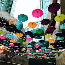 傘が浮いてる!かわいい。駅に繋がっている。the spring homeがある。当時はカンダニエルがモデルしてたので店内が120%ダニエルだった。その他、服屋や軽食屋もあった