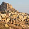 トルコ/カッパドキア/ウチヒサール ホテルのテラスから、運良く朝日の中のウチヒサール城が撮影できました。