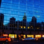 New York / Manhattan 42nd Street 42丁目のビルのガラスに映る「エンパイアステートビルディング」。